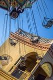 维也纳,奥地利- 2019年9月,16日:孩子侧视图获得乐趣在转动Luftikus转盘或链摇摆乘驾 免版税图库摄影