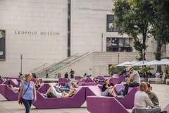 维也纳,奥地利- 2019年9月,15日:nTourists、年轻放松在长凳的夫妇、少年和家庭  库存图片