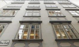 维也纳,奥地利- 2018年4月15日:一个多层的大厦的美丽的窗口 库存图片
