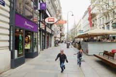 维也纳,奥地利- 2018年4月15日:使用在城市的街道上的愉快的孩子 免版税库存图片