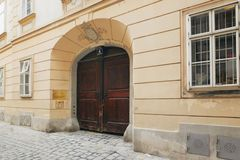 维也纳,奥地利- 2018年4月15日:古老木门 与家庭徽章的大门 免版税库存照片