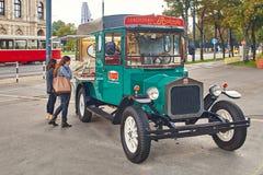 维也纳,奥地利- 2014年9月22日:在可移动的姜饼和糖果附近的游人购物以葡萄酒汽车的形式  免版税库存照片