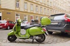 维也纳,奥地利- 2018年4月15日:在城市街道上停放的摩托车 库存照片
