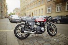 维也纳,奥地利- 2018年4月15日:在城市街道上停放的摩托车 免版税库存图片