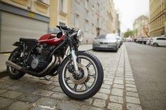 维也纳,奥地利- 2018年4月15日:在城市街道上停放的摩托车 图库摄影