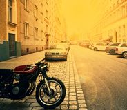 维也纳,奥地利- 2018年4月15日:在城市街道上停放的摩托车 免版税图库摄影