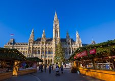 维也纳,奥地利- 2016年12月29日:在城市附近的圣诞节市场 免版税图库摄影