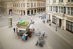 维也纳,奥地利- 2018年4月15日:在正方形的购物摊位 图库摄影