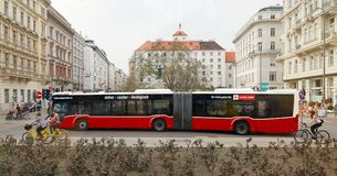 维也纳,奥地利- 2018年4月15日:在路线的红色公共汽车 免版税库存照片