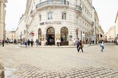 维也纳,奥地利- 2018年4月15日:城市的美丽的街道有石路面的 图库摄影