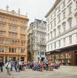 维也纳,奥地利- 2018年4月15日:城市的美丽的街道有石路面的 库存图片