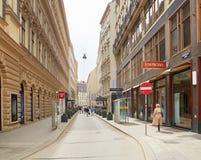 维也纳,奥地利- 2018年4月15日:城市的美丽的街道有石路面的 免版税库存图片