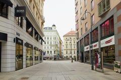 维也纳,奥地利- 2018年4月15日:城市的美丽的街道有石路面的 免版税库存照片