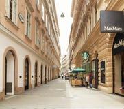 维也纳,奥地利- 2018年4月15日:城市的美丽的街道有石路面的 库存照片