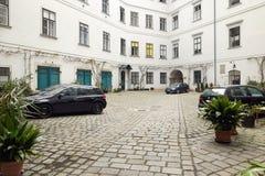 维也纳,奥地利- 2018年4月15日:多公寓房子的露台 免版税库存照片