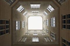 维也纳,奥地利- 2018年4月15日:多公寓房子的露台 库存照片