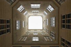 维也纳,奥地利- 2018年4月15日:多公寓房子的露台 免版税库存图片