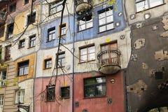 维也纳,奥地利- 2018年4月15日:弯曲的议院Hundertwasser在维也纳 建筑学奥地利天才的创造性  库存图片