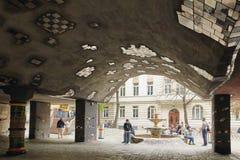 维也纳,奥地利- 2018年4月15日:弯曲的议院Hundertwasser在维也纳 建筑学奥地利天才的创造性  免版税库存照片