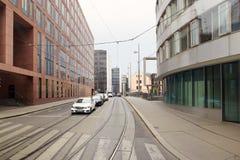 维也纳,奥地利- 2018年4月15日:汽车在城市的街道上停放了 免版税库存图片
