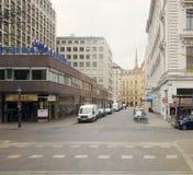维也纳,奥地利- 2018年4月15日:汽车在城市的街道上停放了 库存图片