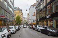 维也纳,奥地利- 2018年4月15日:汽车在城市的街道上停放了 免版税库存照片