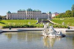 维也纳,奥地利- 2014年7月30日:眺望楼宫殿喷泉在早晨 免版税库存图片