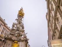 维也纳,奥地利2018年2月17日:都市风景视图一个欧洲` s多数美丽的镇和雕象维也纳 在街道上的人, 免版税图库摄影