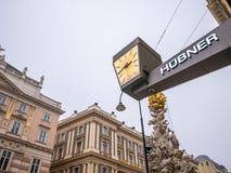 维也纳,奥地利2018年2月17日:都市风景视图一个欧洲` s多数美丽的镇和雕象维也纳 在街道上的人, 库存照片
