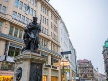 维也纳,奥地利2018年2月17日:都市风景视图一个欧洲` s多数美丽的镇和雕象维也纳 在街道上的人, 免版税库存照片