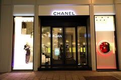 维也纳,奥地利- 2019年1月8日:香奈尔商店夜视图在维也纳,奥地利 免版税图库摄影