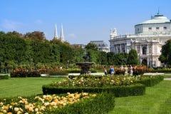 维也纳,奥地利- 2014年7月27日:Volksgarten或人霍夫堡宫庭院公园在维也纳,在奥地利 免版税库存图片