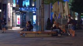 维也纳,奥地利- 2017年8月11日 停留在城市的青年人在晚上 免版税库存图片