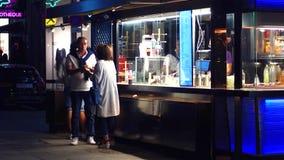 维也纳,奥地利- 2017年8月11日 吃快餐的人们在街道摊在晚上 免版税图库摄影