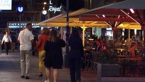 维也纳,奥地利- 2017年8月11日 拥挤街道咖啡馆在晚上 免版税库存照片