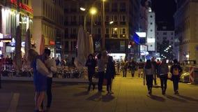 维也纳,奥地利- 2017年8月11日 繁忙的城市广场在晚上 免版税库存图片