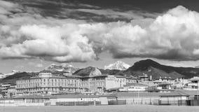 维亚雷焦和Apuan阿尔卑斯,卢卡,托斯卡纳,意大利黑白看法  免版税库存照片