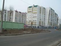 维什涅韦,乌克兰- 2011年4月2日 在街道上的人们在城市 免版税库存照片
