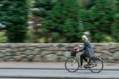 维堡,丹麦- 2016年9月20日:骑自行车的一名未认出的妇女 库存图片