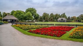 维多利亚公园在斯塔福德有花和亭子的斯塔福德郡英国 免版税库存照片