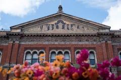 维多利亚和阿尔伯特博物馆的,伦敦英国约翰Madejski庭院 照片在前面显示阅览室门面有花的 图库摄影