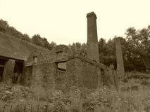 维多利亚女王时代的工业烟囱在阳光下 免版税库存图片