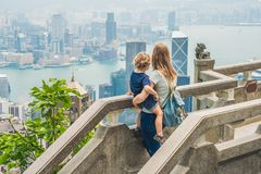 维多利亚峰顶的妈妈和儿子旅客反对backdr的 库存图片