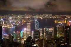 维多利亚港口和香港都市风景在从峰顶的晚上 库存照片