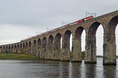 维尔京火车通过皇家边界桥梁的,特韦德河畔伯立克诺森伯兰角英国 免版税库存照片