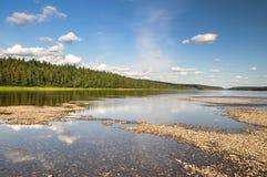 维尔京郊见森林,河Shchugor的美丽如画的河岸 免版税图库摄影