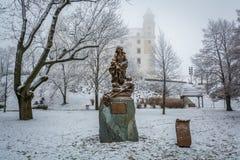 维尔京雕象在一个多雪的早晨在布拉索夫城堡公园, 免版税库存图片