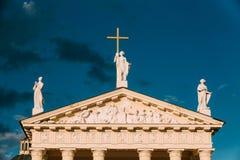维尔纽斯立陶宛 St Stanislaus,有三个雕象的圣弗拉迪斯拉夫-圣埃琳娜大教堂大教堂的接近的山墙饰  免版税库存图片