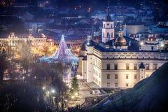 维尔纽斯,立陶宛:圣诞树和装饰在大教堂广场 库存图片