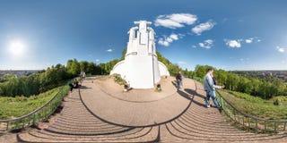 维尔纽斯,立陶宛- 2019年5月:充分的球状无缝的全景360度从三个十字架纪念碑的角度图在老小山 免版税库存照片